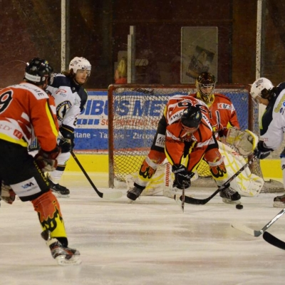 De g. à dr.: M. Rothenmund (9) de dos, D. Eisenring, F. Membrez (29), le goalie G. Weiss, Th. Marro (VHC) et C. Taillard (93) (par Photo PH)